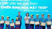 """Ban tổ chức trao học bổng """"Ước mơ của Thúy"""" cho bệnh nhi khỏi bệnh trở lại trường"""