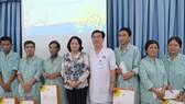Phó Chủ tịch nước Đặng Thị Ngọc Thịnh thăm và tặng quà các bệnh nhân điều trị ung thư tại BV Ung bướu TPHCM