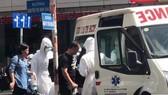 Nhân viên Trung tâm cấp cứu 115 đưa người bị nôn ói đi kiểm tra.  Ảnh: internet