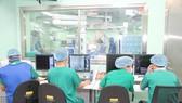 Đội ngũ y bác sĩ tiến hành phẫu thuật cho bệnh nhân