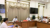 Đồng chí Lê Thanh Liêm, Phó Chủ tịch Thường trực UBND TP và đồng chí Ngô Minh Châu, Phó Chủ tịch UBND TP chủ trì giao ban trực tuyến. Ảnh: TTBC