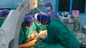 Sau phẫu thuật, 2 bé trong vụ cây phượng ngã đè đã tỉnh và ăn uống lại được