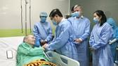 Chủ tịch UBND TPHCM Nguyễn Thành Phong thăm, động viên bệnh nhân phi công người Anh