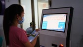 Người dân thanh toán viện phí qua hệ thống ki-ốt đặt tại bệnh viện