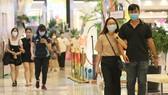 Người dân đeo khẩu trang tại Trung tâm thương mại. Ảnh: HOÀNG HÙNG