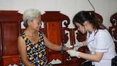 Nhân viên y tế đến tận nhà thăm khám cho người bệnh