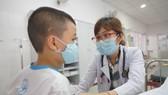 Bác sĩ thăm khám cho một em học sinh trường Tiểu học Bình Trưng Đông nghi ngộ độc thực phẩm