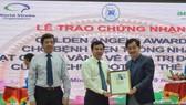 PGS-TS Nguyễn Huy Thắng, Phó Chủ tịch Hội Đột quỵ Việt Nam (bìa phải) trao giấy chứng nhận tiêu chuẩn vàng quốc tế về điều trị đột quỵ cho Bệnh viện Thống Nhất