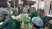 Các bác sĩ cấp cứu cho bệnh nhân ngay trong đêm 24-9 nhưng bệnh nhân không qua khỏi và tử vong vào sáng 25-9