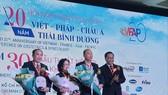 GS-TS Nguyễn Tấn Bỉnh, Giám đốc Sở Y tế TPHCM tặng hoa chúc mừng các cá nhân tổ chức thành công Hội nghị sản phụ khoa Việt – Pháp - Châu Á - Thái Bình Dương qua các năm