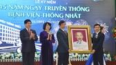 Phó Chủ tịch nước Đặng Thị Ngọc Thịnh trao tặng bức chân dung Chủ tịch Hồ Chí Minh cho Bệnh viện Thống Nhất
