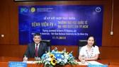 Tiến sĩ Trần Tiến Khoa, Hiệu trưởng Trường ĐH Quốc tế và bà Phạm Thị Thanh Mai, Giám đốc điều hành Bệnh viện FV ký kết thỏa thuận hợp tác giữa 2 đơn vị