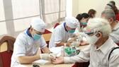 Người dân kiểm tra đường huyết tại lễ mít-tinh hưởng ứng Ngày đái tháo đường thế giới