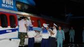 Bệnh nhân được đưa từ Trường Sa về sân bay Tân Sơn Nhất vào tối 10-12