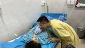 Vợ chồng sản phụ Phạm Thị Thanh Nhi hạnh phúc bên con trai sinh đúng thời khắc giao thừa 2021