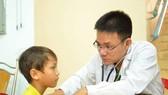 PGS-TS-BS Lê Minh Khôi đang thăm khám cho bệnh nhi