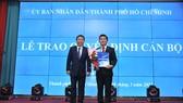 Phó Chủ tịch UBND TPHCM trao quyết định cho PGS-TS Nguyễn Thanh Hiệp