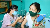 Cán bộ, chiến sĩ Bệnh viện Dã chiến 2.3 được tiêm vaccine Covid-19 trước khi lên đường đến Nam Sudan làm nhiệm vụ. Ảnh: TRẦN CHÍNH