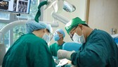 Bác sĩ Đoàn Vũ trong một ca trồng răng Implant để phục hồi chức năng ăn nhai cho bệnh nhân