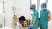 Các bác sĩ đang ghép thận cho bệnh nhi