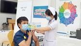 Nhân viên Trung tâm Kiểm soát bệnh tật TPHCM được tiêm vaccine Covid-19