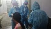 Nhân viên Trung tâm y tế quận 11 đang lấy mẫu xét nghiệm người tiếp xúc gần với trường hợp trên