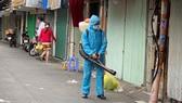 Khử khuẩn bên hông chợ Phú Nhuận. Ảnh: CAO THĂNG
