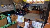 Một quán ăn kê bàn để giữ khoảng cách 2 mét giữa khách và nhân viên nhằm phục vụ cho những món mang về