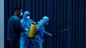 Nhân viên y tế phun khử khuẩn điểm có dịch