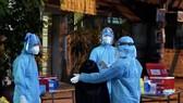 Nhân viên y tế lấy mẫu xét nghiệm các trường hợp liên quan đến ca nghi nhiễm SARS-CoV-2 trên địa bàn quận 8