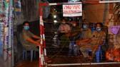 Lực lượng chức năng trực chốt phong tỏa các con hẻm liên thông tại phường 15, quận Bình Thạnh vào khuya 2-6