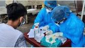 Nhân viên y tế đang điều tra dịch tễ một trường hợp có liên quan đến ca mắc Covid-19