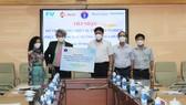 Thứ trưởng Bộ Y tế Đỗ Xuân Tuyên nhận bảng tượng trưng từ Bệnh viện FV
