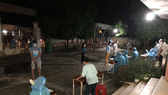 Nhân viên y tế lấy mẫu xét nghiệm cho người dân huyện Củ Chi
