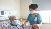 Nhân viên y tế Bệnh viện Đại học Y Dược TPHCM chăm sóc người bệnh
