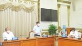 Chủ tịch UBND TPHCM Nguyễn Thành Phong phát biểu tại cuộc họp. Ảnh: CAO THĂNG