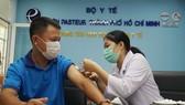 Phóng viên y tế tác nghiệp mùa dịch được tiêm vaccine Covid-19
