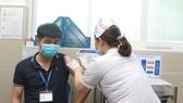 Nhân viên y tế quận 11 tiêm vaccine Covid-19 vào sáng 24-3