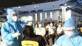 Nhân viên y tế lấy mẫu xét nghiệm cho công nhân một công ty ở Khu Công nghệ cao TPHCM