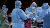 Nhân viên y tế lấy mẫu xét nghiệm tầm soát diện rộng cho người dân