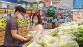 Người dân mua lương thực tại một siêu thị