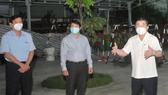 Chủ tịch UBND TP Nguyễn Thành Phong kiểm tra một cơ sở cách ly trên địa bàn quận Gò Vấp. Ảnh: CAO THĂNG