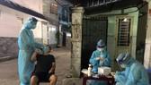 Sinh viên Trường Đại học Kỹ thuật y tế Hải Dương tham gia lấy mẫu xét nghiệm cho người dân trên địa bàn quận Bình Thạnh