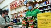 Người dân mua lương thực tại một cửa hàng tiện lợi. Ảnh: HOÀNG HÙNG