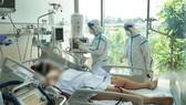 Nhân viên y tế đang chăm sóc và điều trị cho bệnh nhân mắc Covid-19 tại Bệnh viện Hồi sức Covid-19