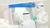 Nhân viên y tế xét nghiệm SARS-CoV-2 tại Bệnh viện Gia An 115