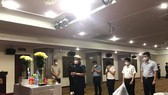 Thứ trưởng Bộ Y tế Nguyễn Trường Sơn chia buồn cùng em Dương Thị Anh và gia đình ẢNH: BỘ Y TẾ