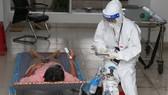 Bệnh nhân mắc Covid-19 đang được điều trị. Ảnh: HOÀNG HÙNG