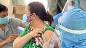 Nhân viên y tế tiêm vaccine cho người dân. Ảnh: HOÀNG HÙNG