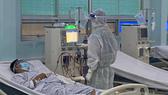 Nhân viên y tế chăm sóc cho bệnh nhân mắc Covid-19